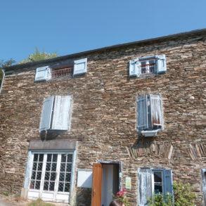 Grande maison en pierre dans hameau